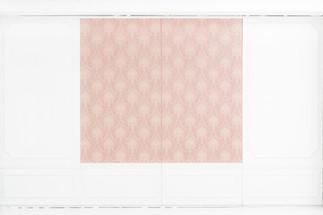 ピンク柄の移動式壁パネル