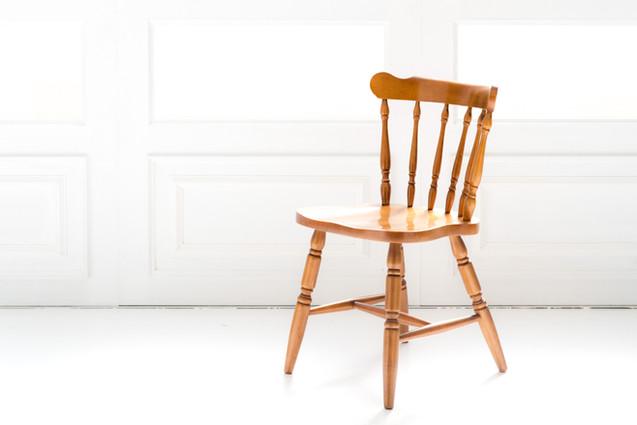 アンティークの小ぶりな木椅子