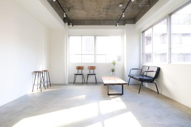 シンプルな空間とアクセントになる家具