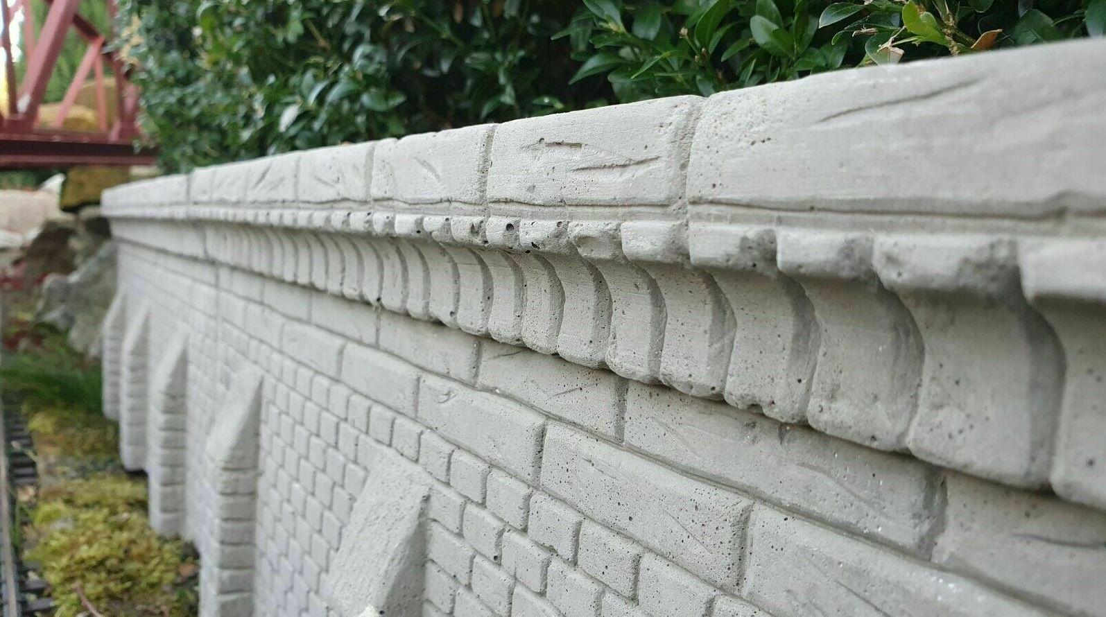 Arkadenmauer mit Stützsäule