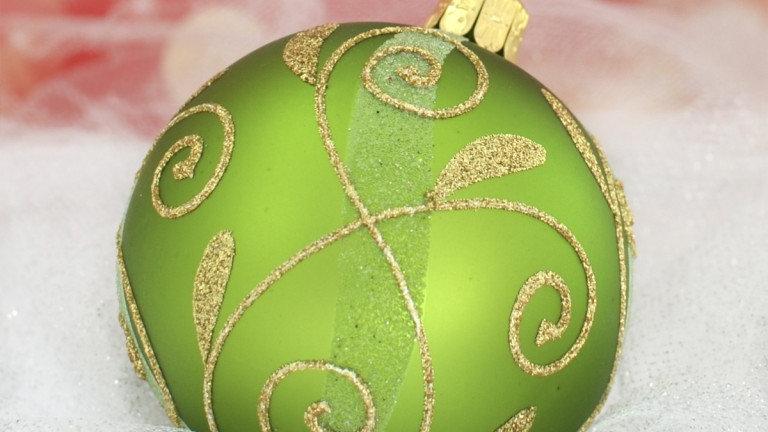Kerstbal groen met gouden blad figuren (6 in een doos)