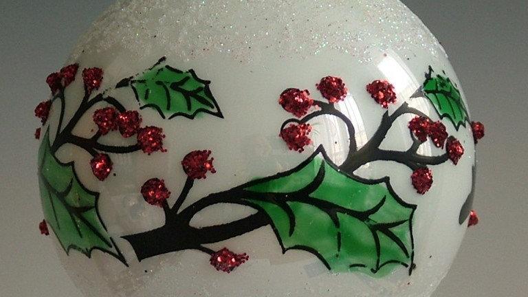 Kerstbal wit porcelein afwerking met hulst (3 in een doos)