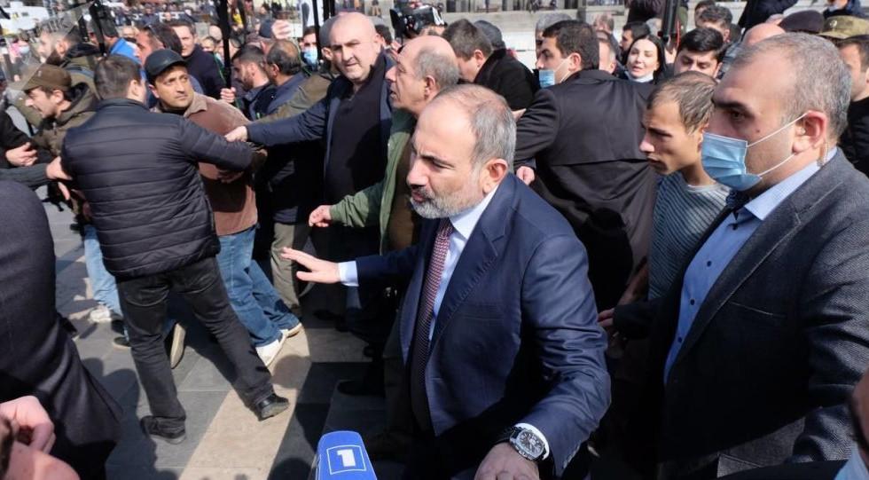 Los altos mandos militares piden la renuncia del gobierno armenio