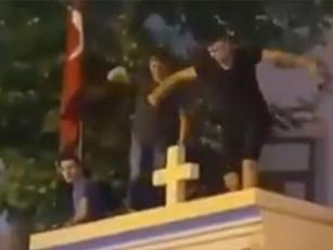 En Estambul, arrestaron a los jóvenes que bailaron sobre los muros de una iglesia armenia
