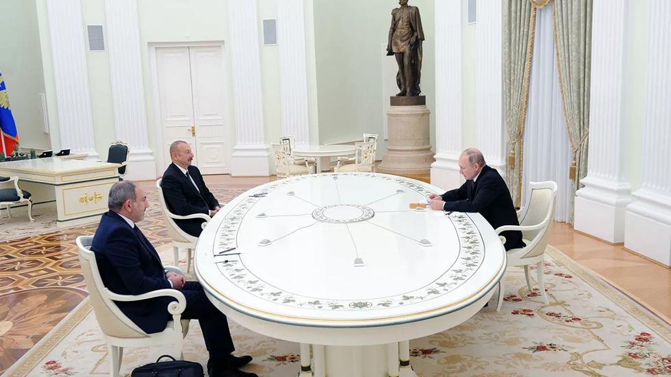 Pashinian y Aliyev se reunieron con Putin en Moscú