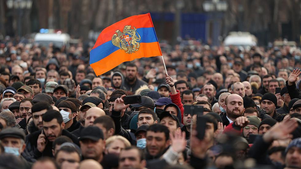 El Presidente armenio recibió una segunda solicitud de destituir al jefe del Estado Mayor