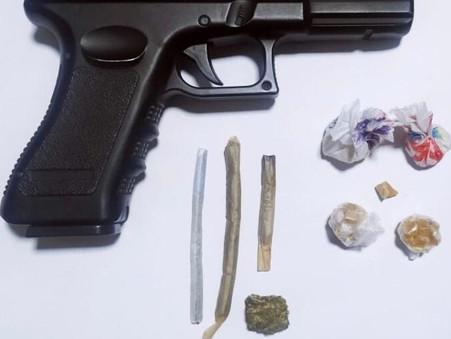 Drogas e simulacro de arma de fogo encontrados em conveniência da Rua 11, no Calçadão da Central