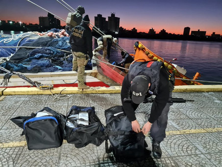 COCAÍNA EM BARCO: Polícia Federal flagra em Itapema pesqueiro com 844 quilos de cocaína