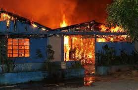 Denunciado homem que confessou ter matado uma família e incendiado a casa para simular acidente