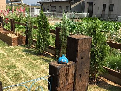 copain de garden コパンデガーデン 福島市 ナチュラル アンティーク 枕木 ゲートの上ではモルタルで作ったスライムくんがお出迎え。