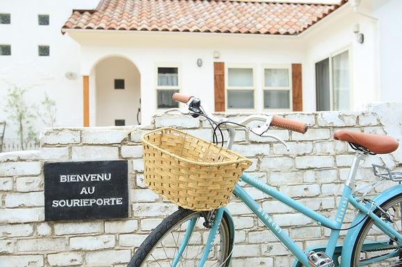 BIENVENU AU SOURIEPORTE=フランス語で『笑顔の入り口』という意味なんです。 他人を楽しませてくれるエンターテイナーな施主様の印象からこの言葉を刻ませていただきました。 この塀はレンガを重ねたものではなく、ブロック塀をベースにシャビーなbrickANDplasterのモルタル造形で作りました。 かわいいお家の外観や周囲の景色に馴染むあたたかいテイスト且つフレンチアンティークな雰囲気に仕上げました。