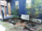 新築のお庭です。 おうちの外観は墨黒のシックな色でその中にも小さな小窓がたくさんあったりして! とてもフレンチシックで可愛いお家です。