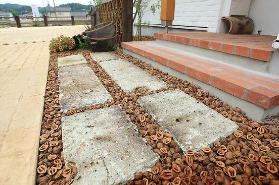 copain de garden コパンデガーデン 福島市 玄関周りにわくるみ。