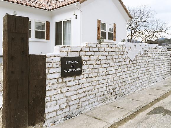 Sさまのお庭に造ったシャビーな塀ができるまでの様子をご紹介いたします。 レンガを重ねたものではなく、ブロック塀をベースにシャビーなレンガをモルタル造形。かわいいお家の外観や周囲の景色に馴染むあたたかいテイストに仕上げました。