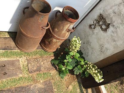 copain de garden コパンデガーデン 福島市 奥には本物の枕木をしき目地に芝生を・・・ シャビーな雑貨、ミルク缶などがよく似合います。 