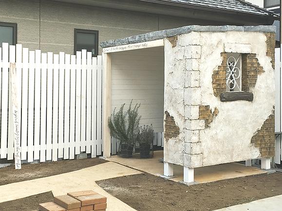 Sさまのお庭に建てたシャビーな自転車小屋ができるまでの様子をご紹介いたします。 木造とモルタルの融合で、内部は白いウッドウォール、外壁はモルタルでシャビーに造形。エイジング着色もひとつひとつ心込めて造りました。