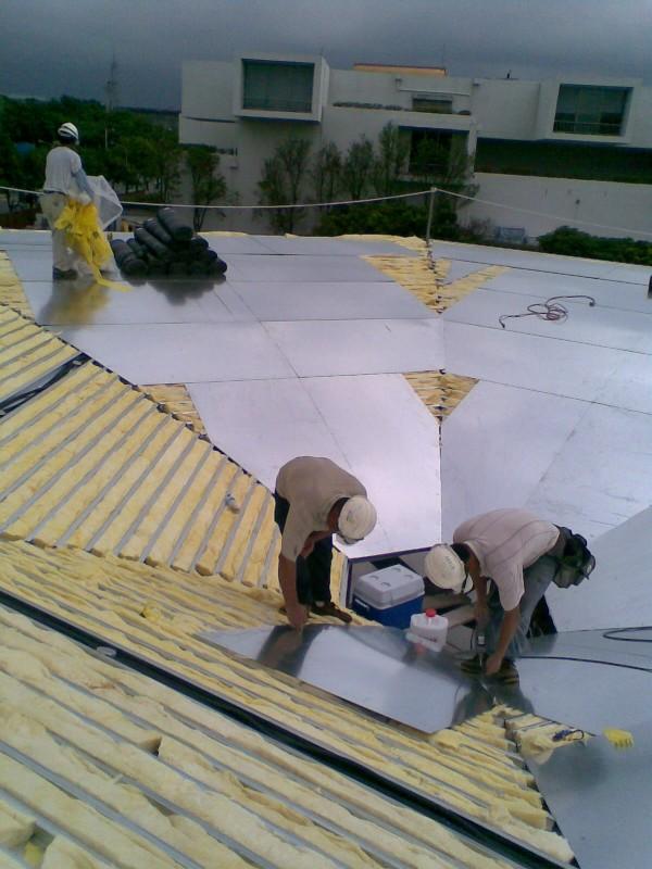 隔熱材鋪設和背襯鍍鋅板裁切安裝