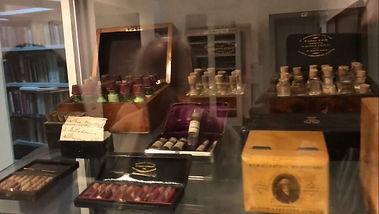 ローマのホメオパシー博物館の500を超えるキットの中の一つ.jpg