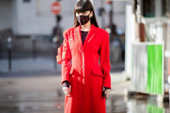 Máscara fashion: modelo desfila na Paris Fashion Week Instagram/Reprodução