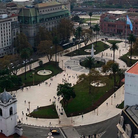 Visita la emblemática plaza de mayo y casco histórico