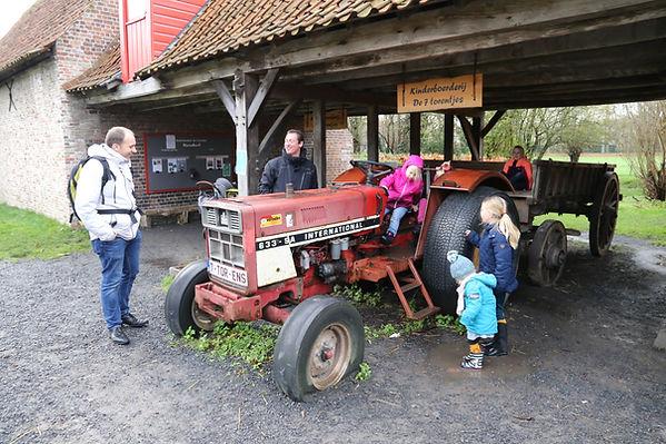 """tractor in kinderboerderij """"de zeven torentjes"""" in Assebroek, goedkope uitstap met kinderen in Brugge, Assebroek"""