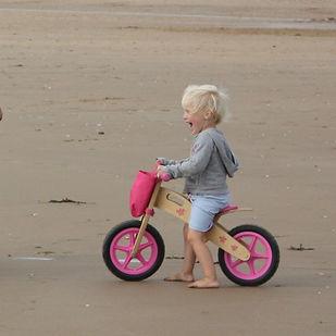 houten fietsje, houten speelgoed, peuter, loopfiets, strand