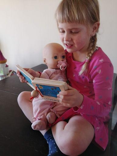 voorlezen, kleuter, pop, houten boekje, dochter