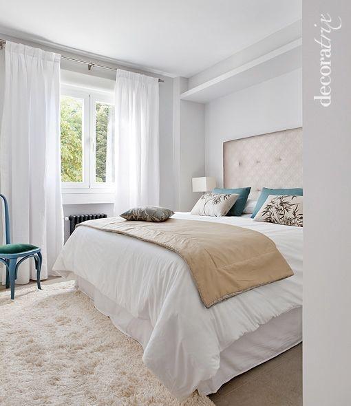En este dormitorio, su aparente simplicidad esconde materiales bastante sofisticados pero el resultado es cálido.