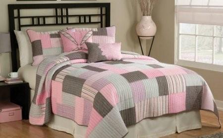 Cubrelecho en tonos gris y rosa