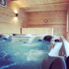 2.5m x 5m spa log cabin. Complete with: