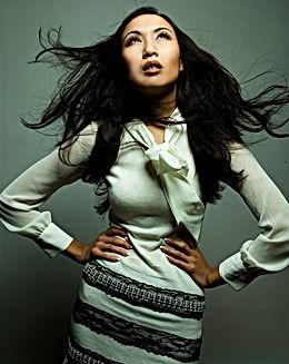 Modelo en el suéter blanco