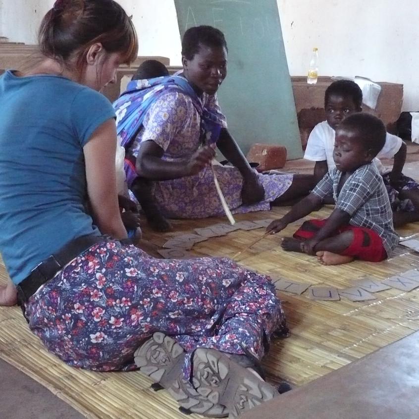 Iskola-előkészítő foglalkozás Mwamba faluban.