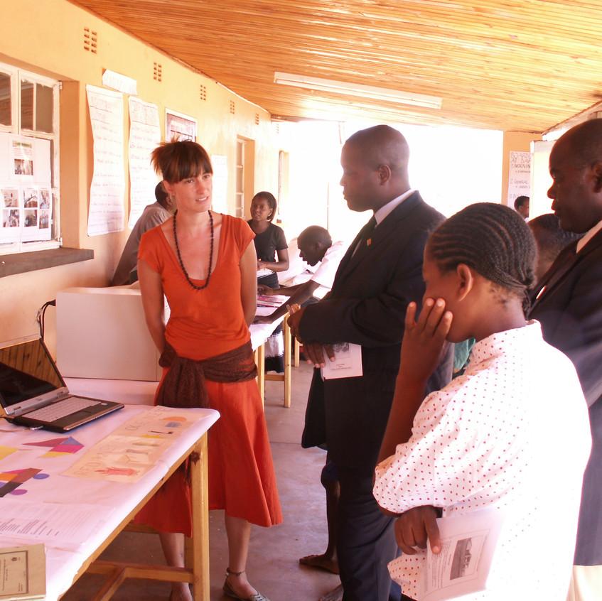 Oktatás kiállítás a főiskolán minisztériumi látogatókkal