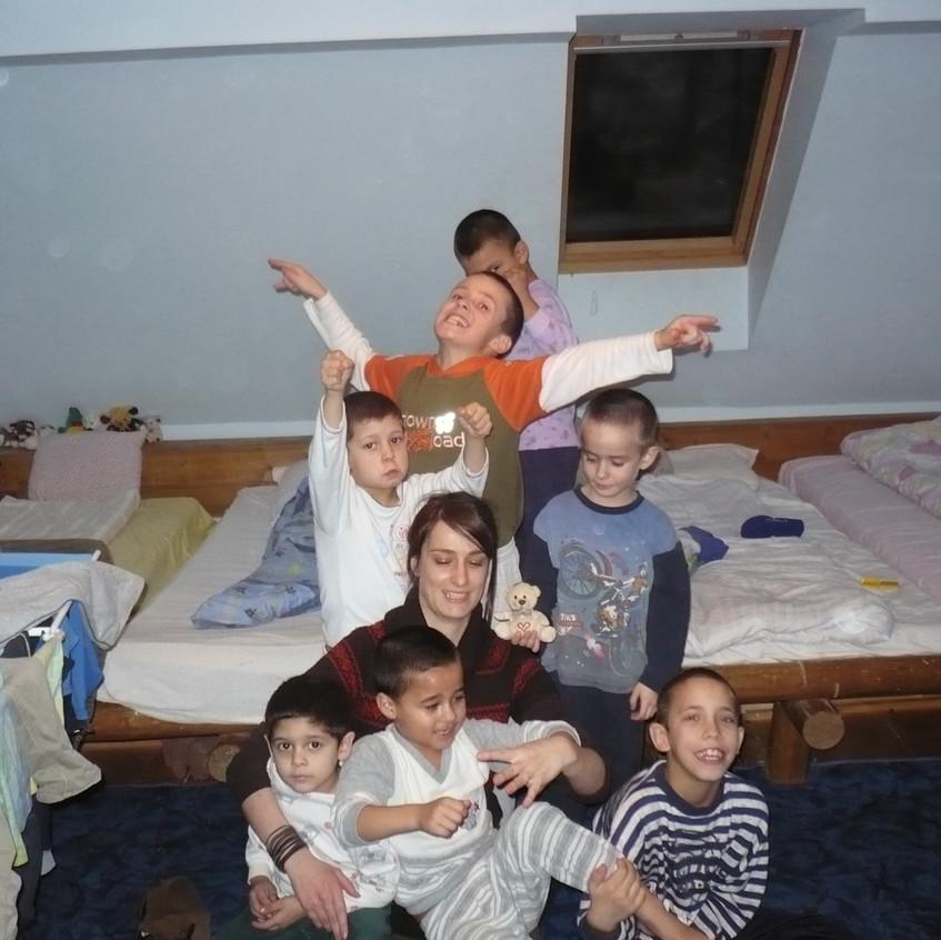 A kissrácokkal a hálótermükben megy a hülyéskedés :)