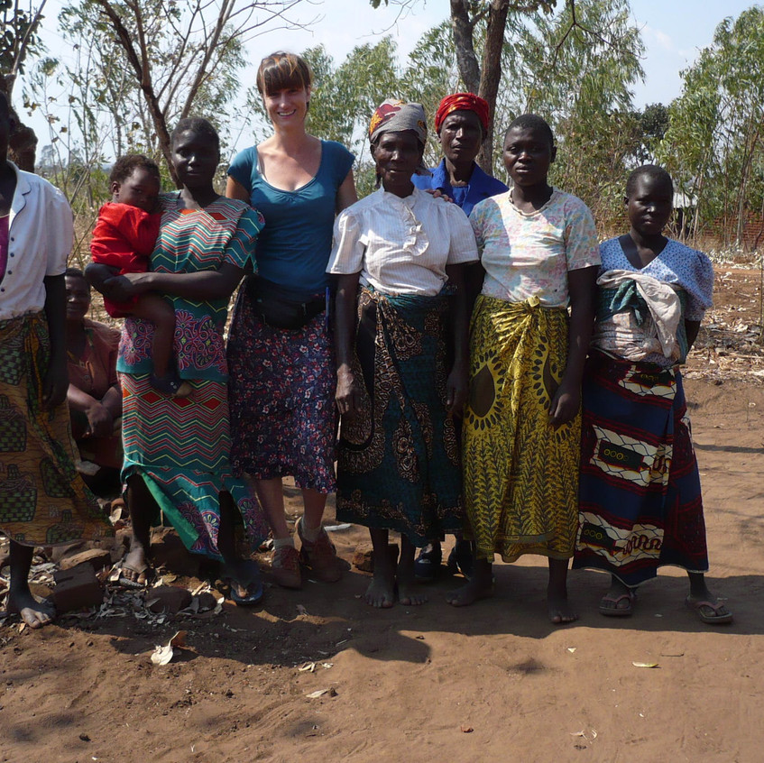 Tigwirizane falucska és a helyi önkéntes tanítók.