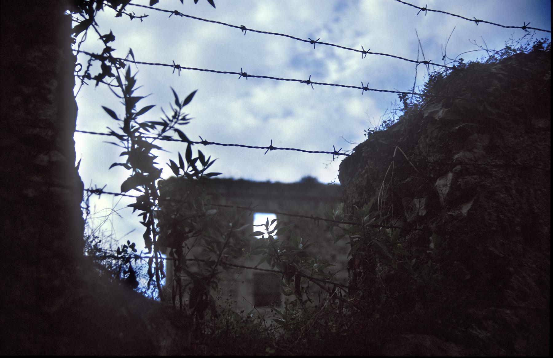 026 - JPG - Llanes Palacio ruinas cerca espinos - MYNT PEQ
