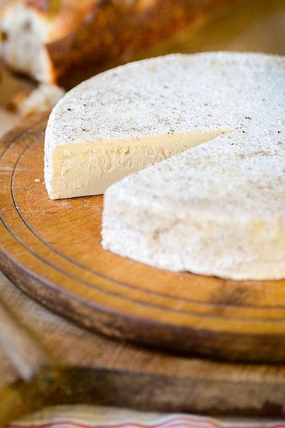 Black-White-Truffled-Brie-online-vert.jp