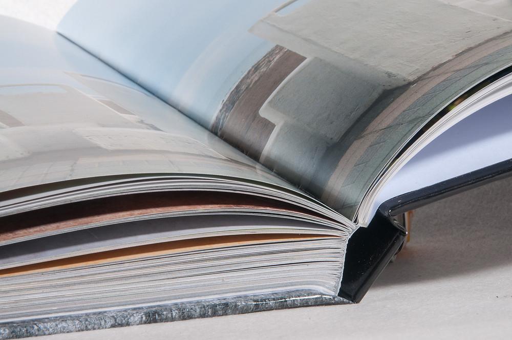 SLRDP est un beau livre, format carré 22 X 22 cm - 222 pages - une reliure soignée cousue/collée - une couverture cartonnée - une lecture dans laquelle vous vous laissez facilement transporté !