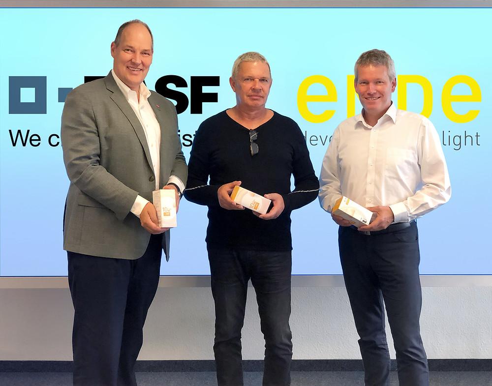 Von links: Dr. Lothar Laupichler, Senior Vice President des Global Electronic Materials Business der BASF, Gründer und Lichtkünstler Thomas Emde von EMDE, und Julian Proelss, Geschäftsführer der Rolic Technologies Ltd.