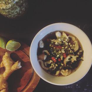 Soupe crue au bouillon sinoix