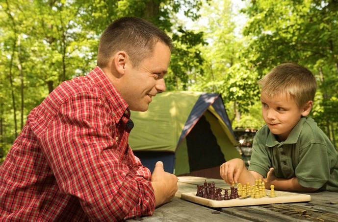 Hoy en día, en un mundo lleno de iPhones, videojuegos e Instagram, puede ser difícil desconectar y desconectar realmente, ¡y no solo para los adultos! Especialmente a medida que la tecnología se integra cada vez más en la educación y los niños están cada vez más rodeados de anuncios y redes sociales, puede ser un desafío fomentar relaciones saludables con la tecnología. ¡Y aquí es donde puede entrar el camping! Al igual que con tantas actividades al aire libre, hay innumerables beneficios para la salud física y mental al acampar, uno de los cuales es romper con la tecnología. ¿La única parte complicada? ¡Conseguir que los niños adictos a la tecnología vayan a acampar para empezar! Aquí hay 6 formas de hacer que eso suceda.