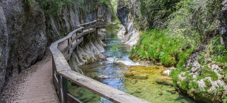 Parque Natural de la Sierra de Cazorla, Segura y las Villas, Jaén, Andalucía Cerca del mar de olivos que cubre buena parte de la provincia de Jaén hay un paraíso verde en el que te parecerá que has viajado a tierras norteñas… o a la Tierra Media. La Cerrada de Elías es una de sus rutas más conocidas pero es irresistible. Por si fuera poco, el pueblo de Cazorla es una pequeña maravilla de piedra coronado por el Castillo de la Yedra, una fortificación imponente. En uno de los lugares más mágicos de España el tiempo se detuvo en algún momento y la paz es la dueña del lugar.