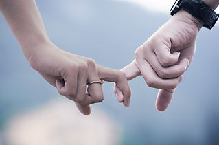 Paar Hände halten