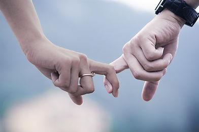 Pár drží za ruce