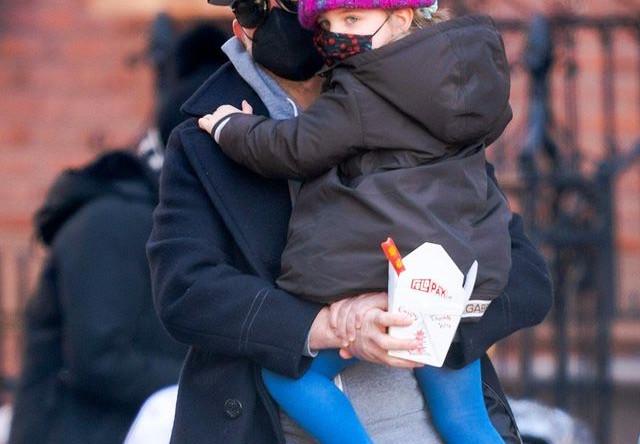 Брэдли Купер с дочкой Леей в Нью-Йорке