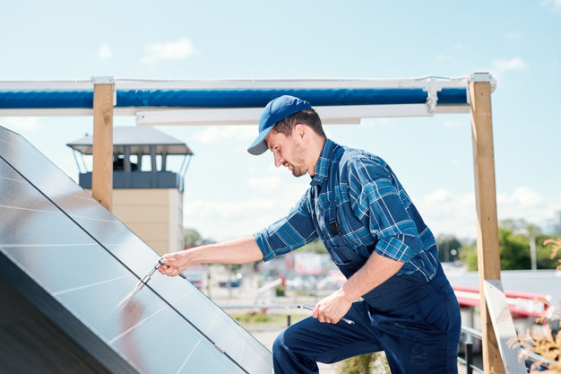 Instalador fotovoltaico instalando paneles solares
