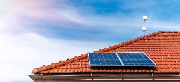 Energía solar fotovoltaica en el tejado de una casa particular