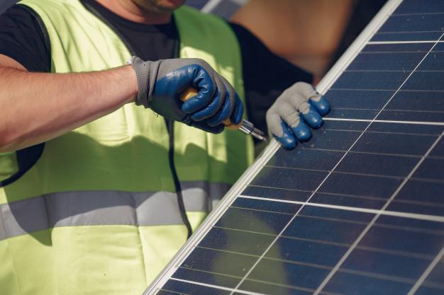 Instalador fotovoltaico instalando placas solares