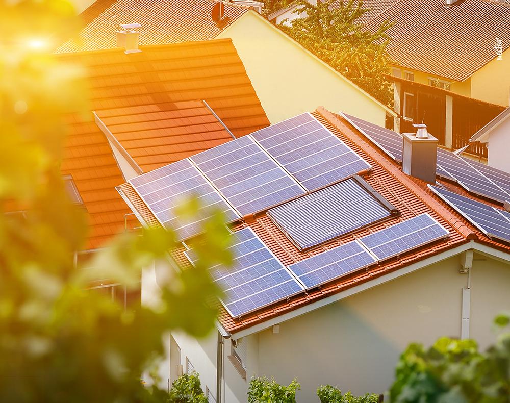 Instalación de placas solares en el tejado de una casa particular