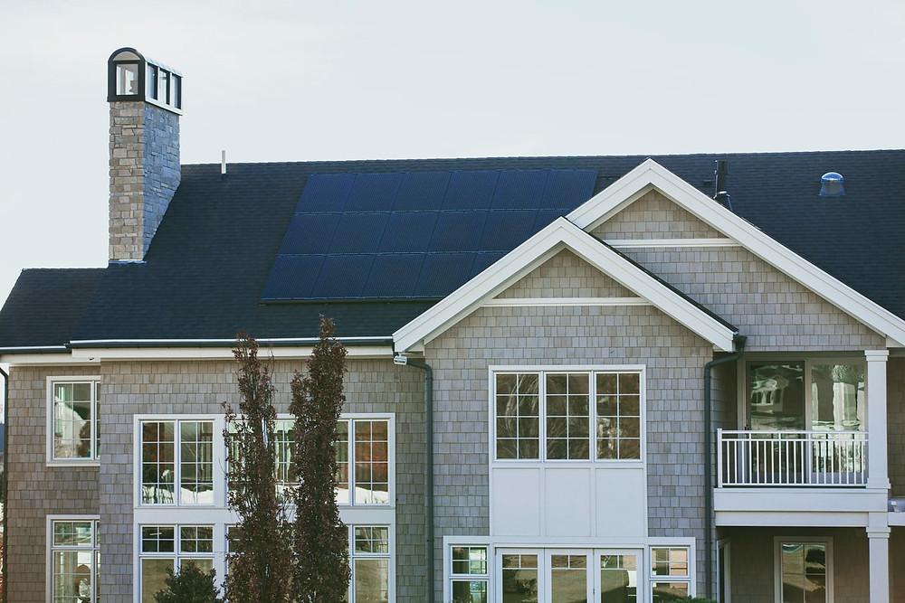 Placas solares sobre el tejado de una casa autosuficiente